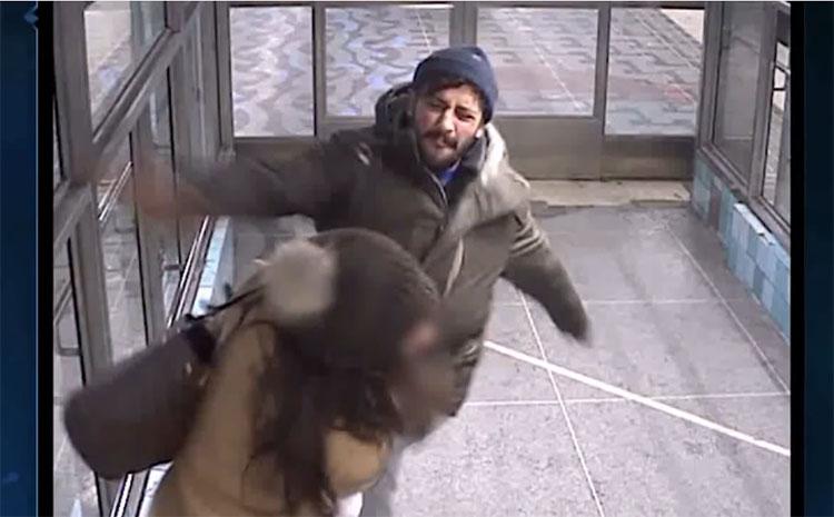 Un pickpocket migrant se fait déranger par une maman et la frappe