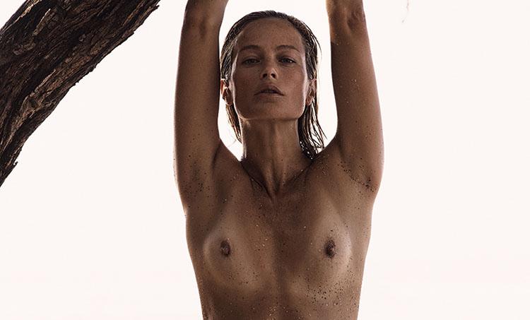 Carolyn Murphy pose nue pour le magazine Interview