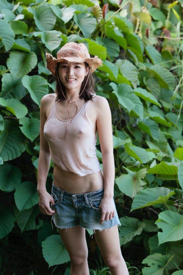 Risa Izumi en t-shirt transparent