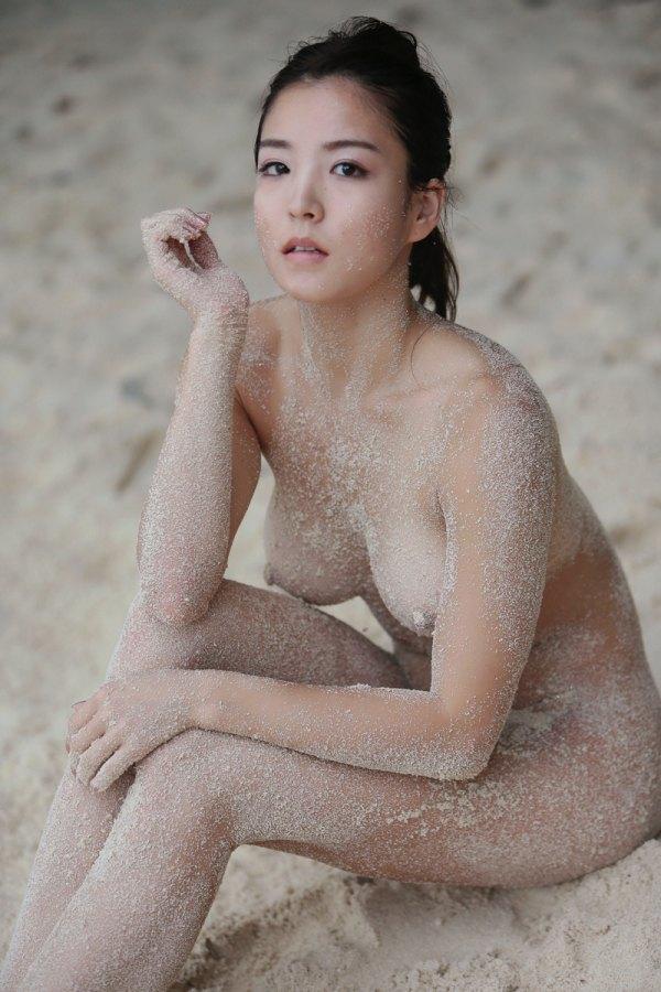 RIsa Izumi pose nue sur une plage