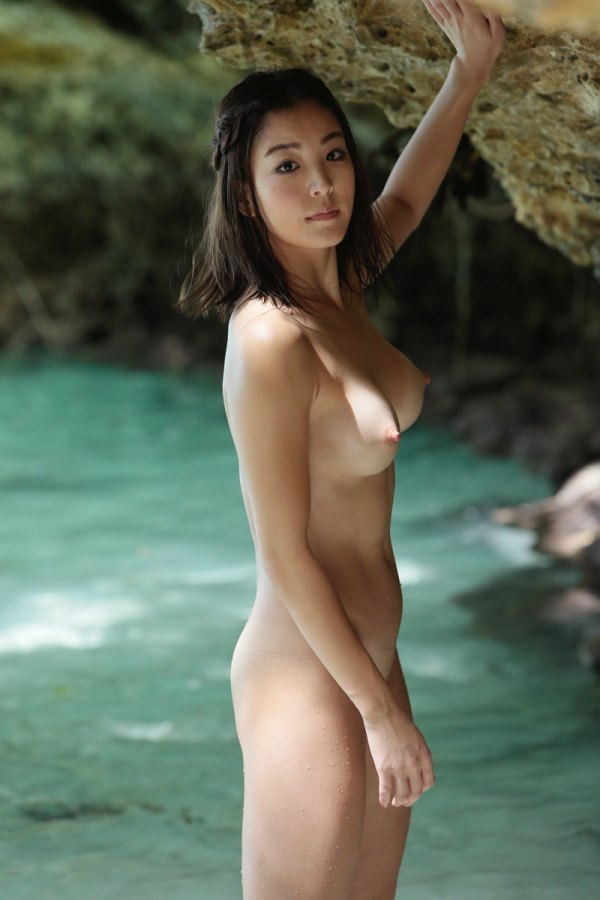 RIsa Izumi pose nue
