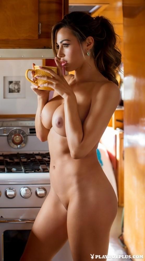 Ana Cheri boit un chocolat chaud toute nue