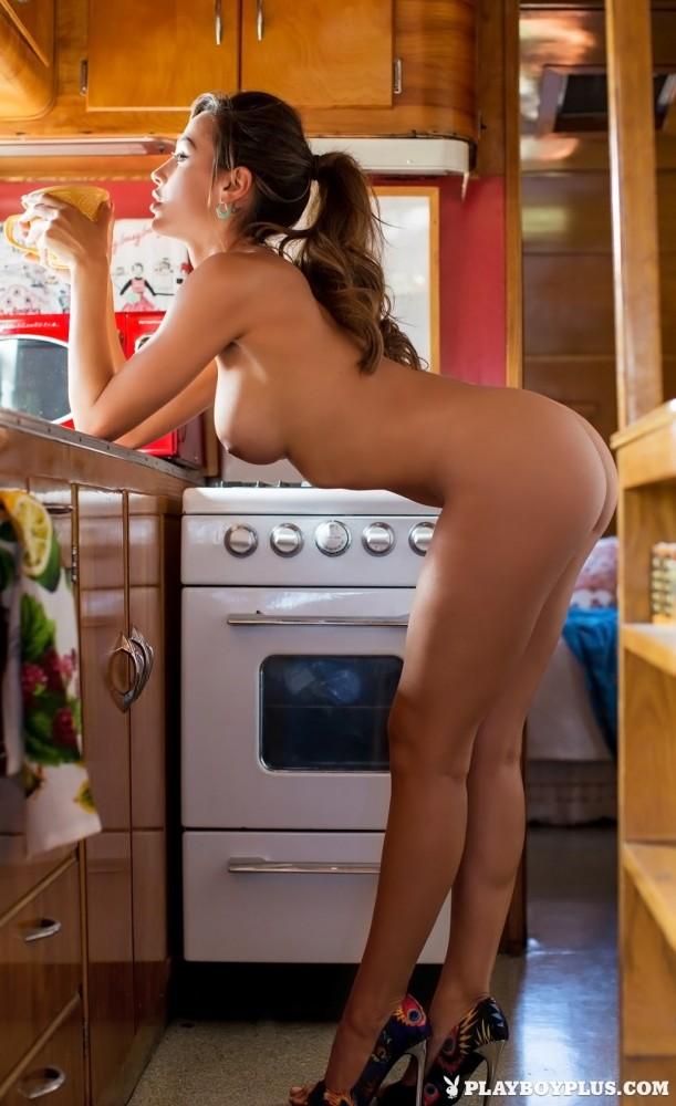 Ana Cheri nue dans sa caravane