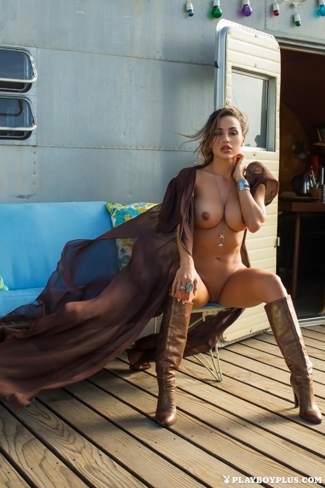 Ana Cheri nue devant sa caravane