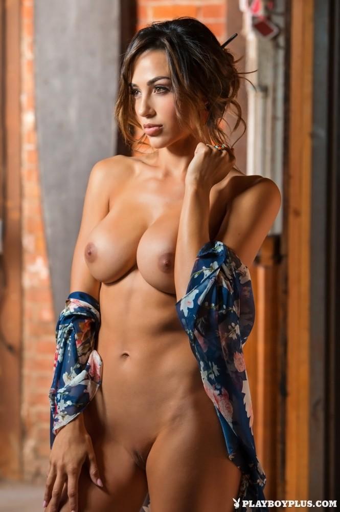 Ana Cheri nue à la bibliothèque