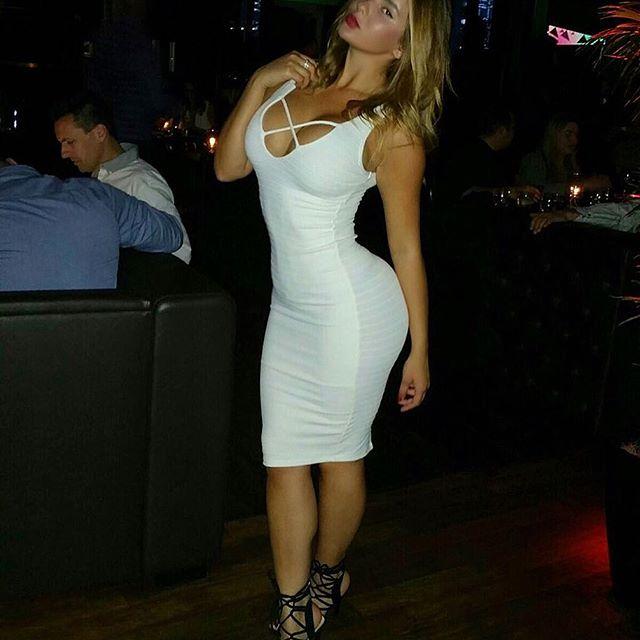 Anastasiya Kvitko en robe blanche