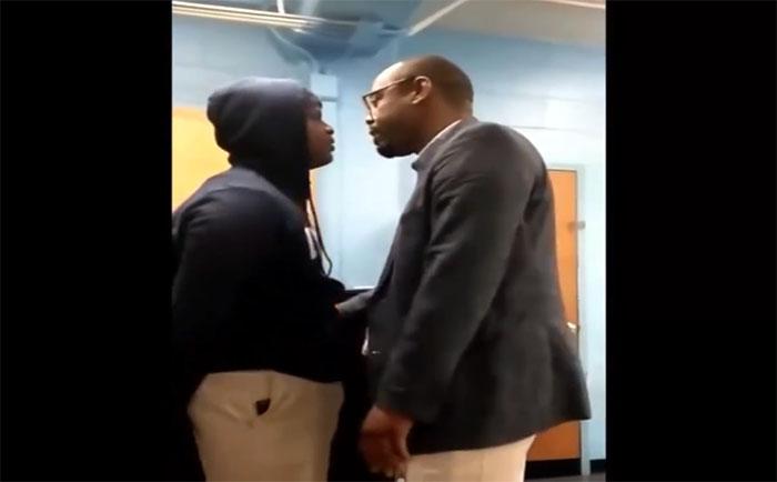 Un collégien se bagarre avec son professeur en plein cours