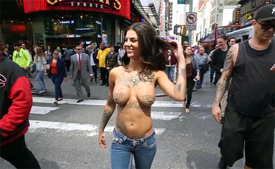 Bonnie Rotten se balade topless dans les rues de New-York