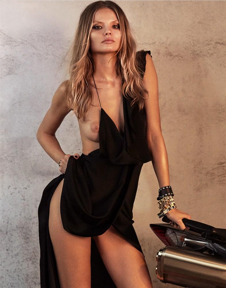 Magdalena Frackowiak pose avec un sein qui dépasse
