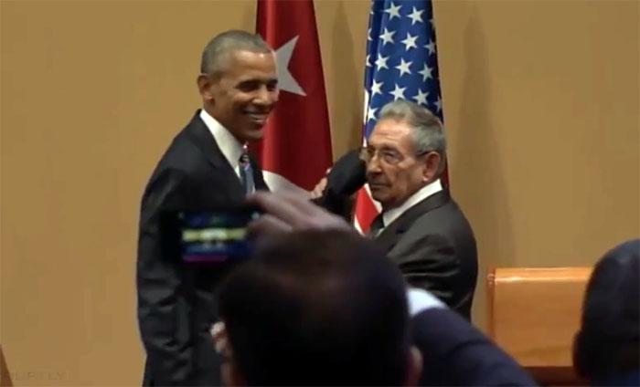 Raul Castro refuse qu'Obama lui touche l'épaule