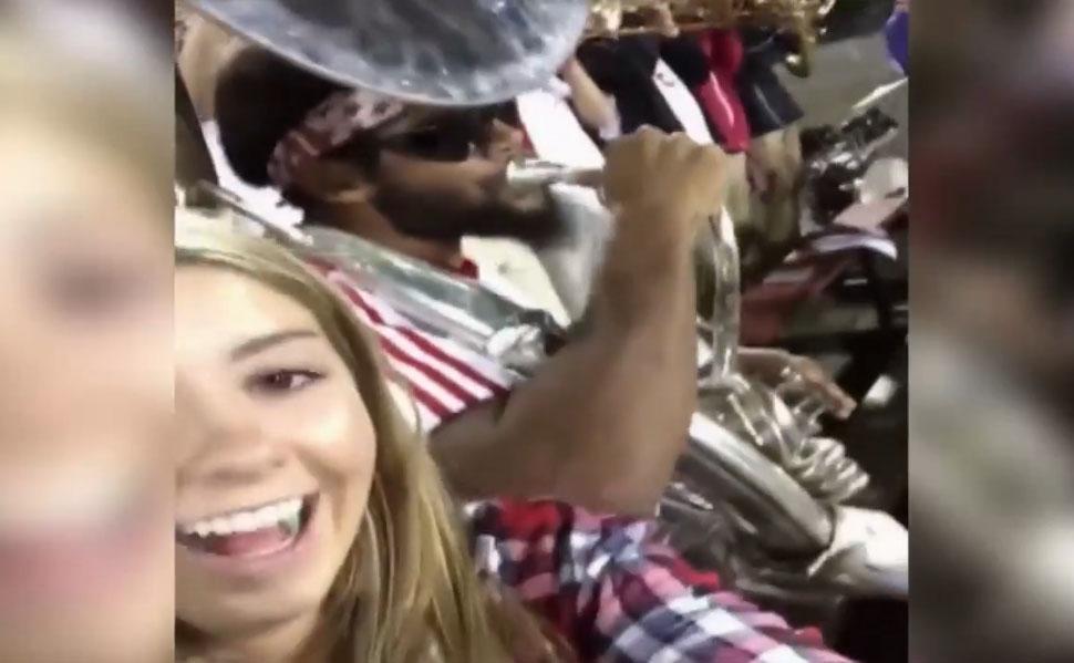 Un musicien pète un plomb contre une fille qui fait des selfies