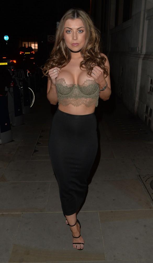 Abigail Clarke sort de boite de nuit à Londres