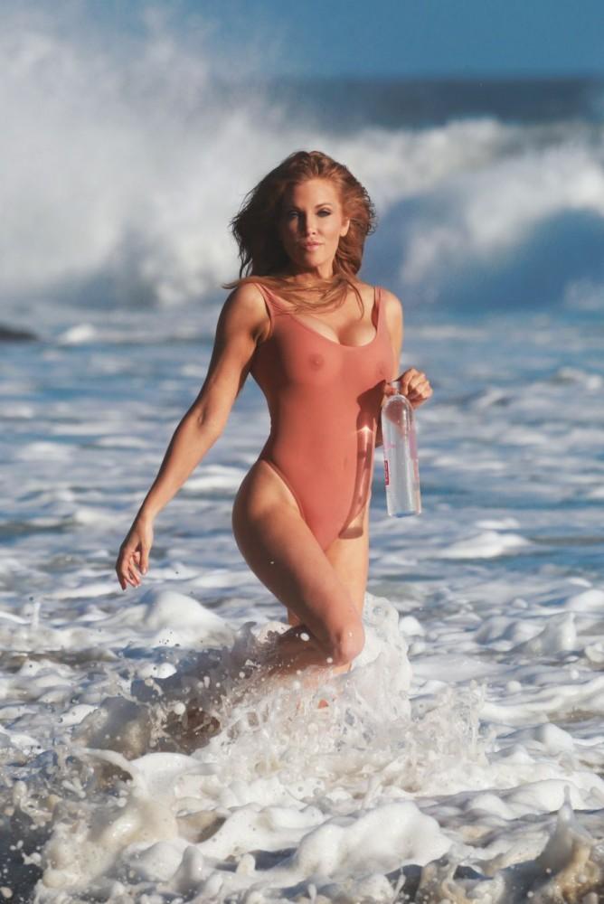 Angelica Bridges pose en maillot transparent pour 138 Water