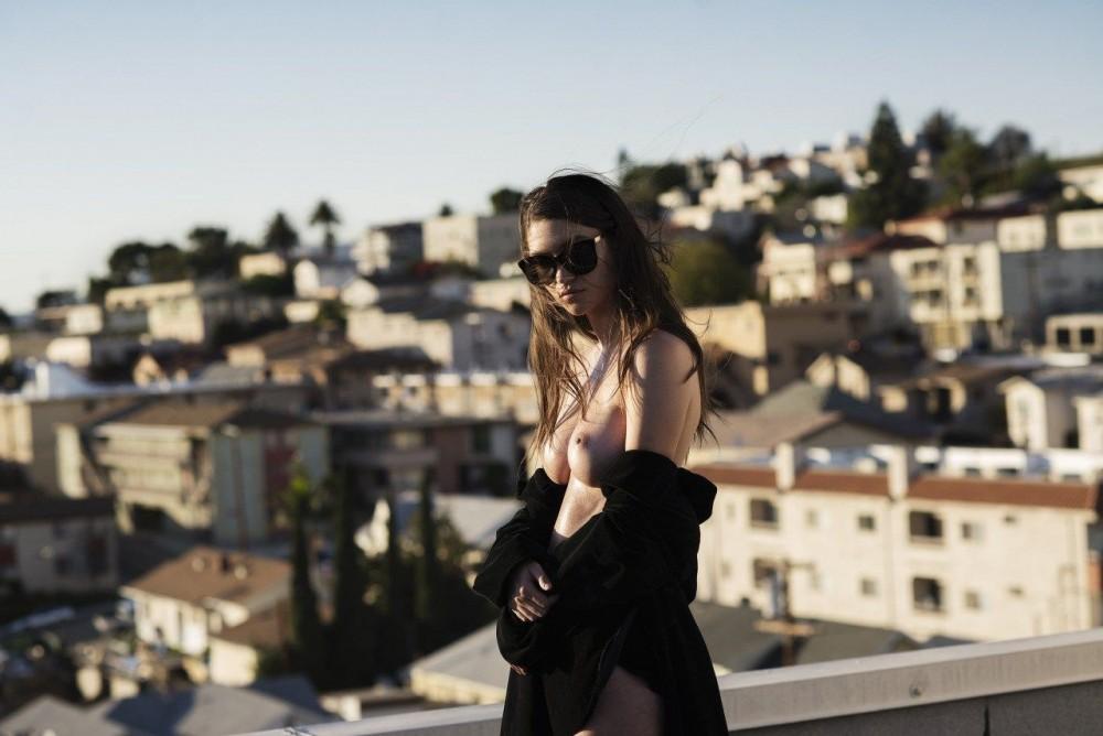 Elizabeth Elam pose nue pour Off The Rails Magazine