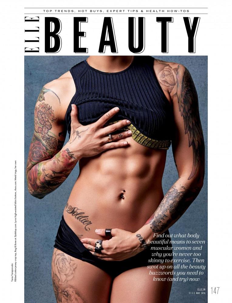 Editorial du magazine ELLE avec une femme qui montre ses abdominaux