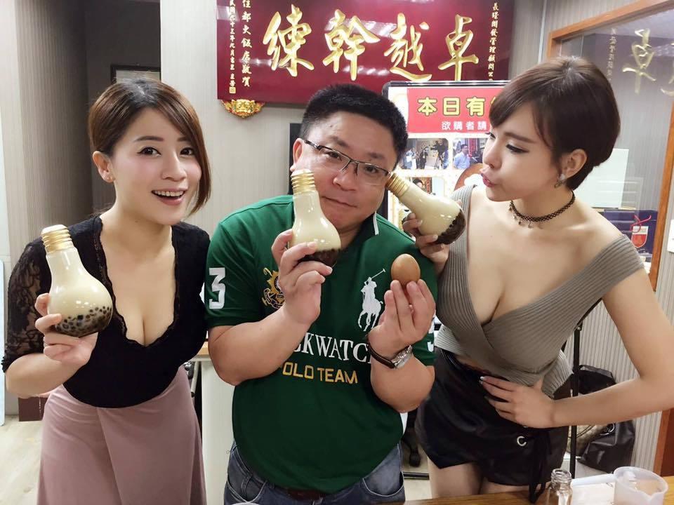 Le gérant d'un café à Taiwan bien entouré