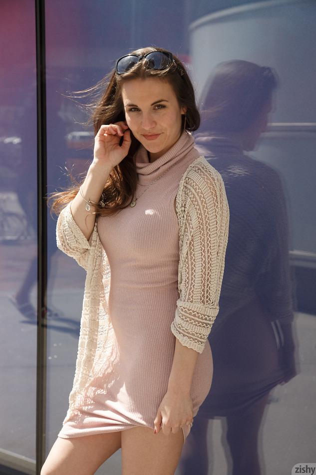 Nina Glitch en robe rose moulante