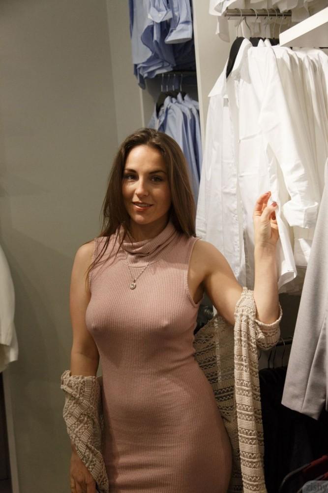 Nna Glitch s'exhibe en allant faire du shopping