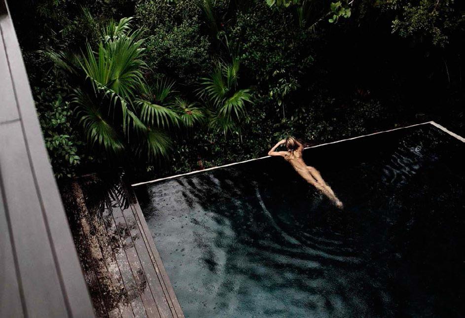 Candice Swanepeol pose nue au bord d'une piscine pour Vogue