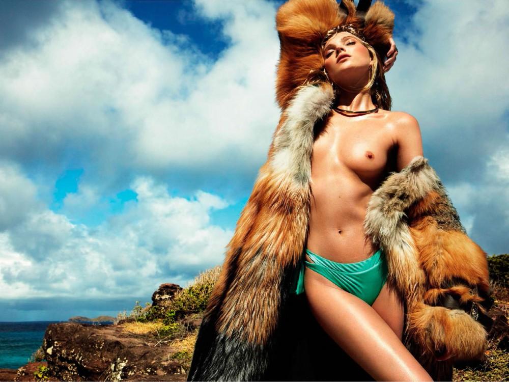 Elsa Hosk pose topless pour le magazine Vogue espagnol de Juillet 2016