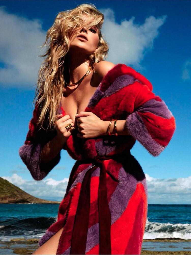 Elsa Hosk pose pour le magazine Vogue espagnol de Juillet 2016