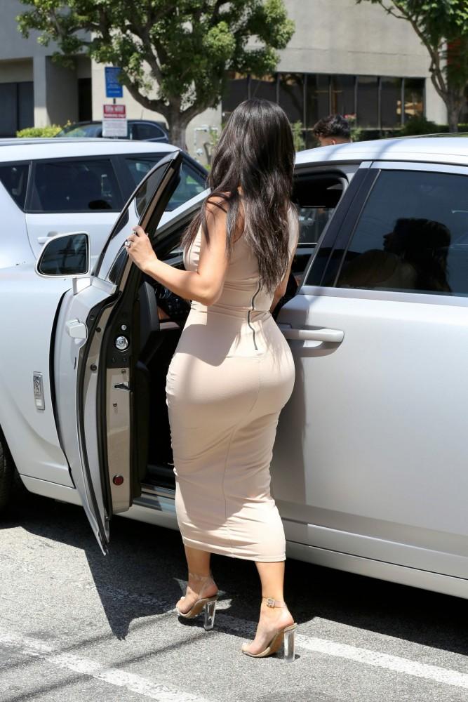 Kim Kardashian en robe serrée dans les rues de Los Angeles