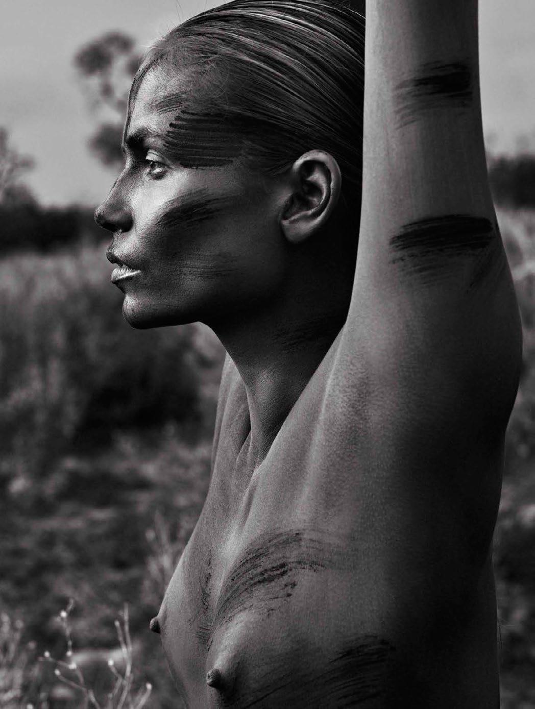 Natasha Poly pose nue pour le magazine Vogue espagnol de Juillet 2016