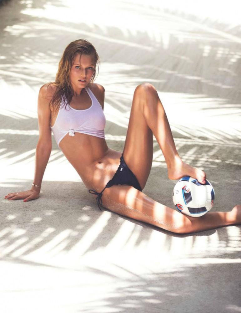 Toni Garrn en maillot dans le magazine ELLE France