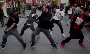 Le Hew Crew danse en chorégraphie dans la rue au Japon