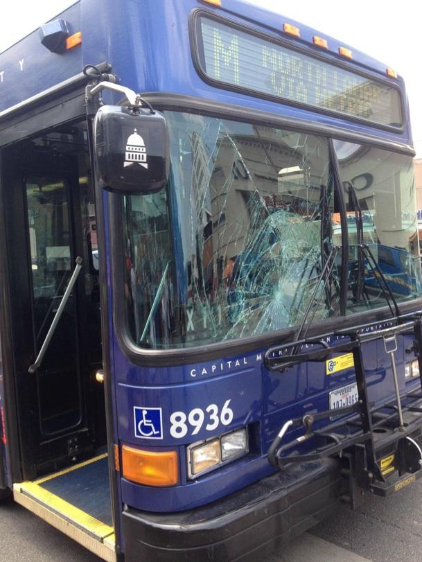 Un étudiant traverse sans regarder et paf le bus