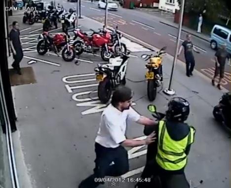 4 hommes essayent de voler une moto : Fail