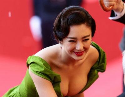 Le décolleté de la chinoise Zhang Yuqi au festival de Cannes