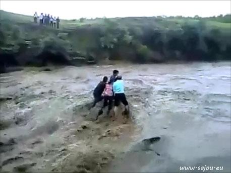Personnes emportées aux cascades de Madhya Pradesh (choc)