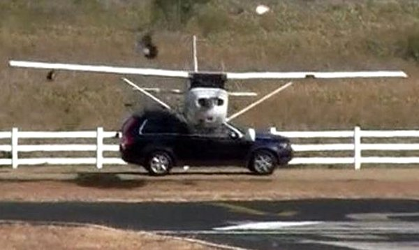 Un avion se crash contre un 4×4