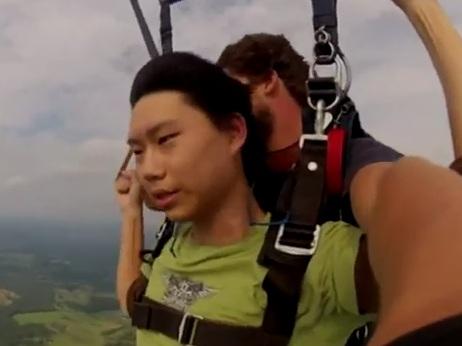 Il s'évanouit pendant son saut en parachute