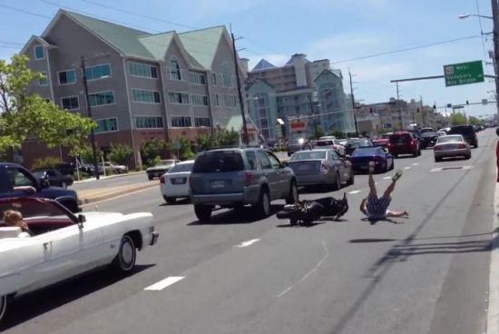 Comment perdre sa dignité en faisant un soleil en scooter