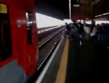 Une femme manque de se faire écraser par train