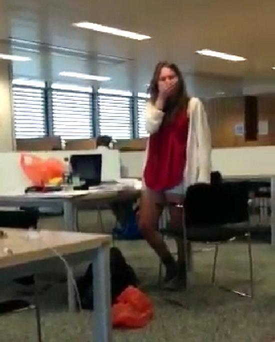 Elle est grillée en train de matter du Porno à la bibliothèque