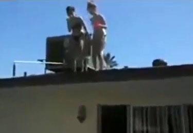 Deux filles sautent dans une piscine depuis un toit : Fail