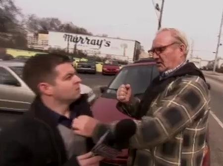 Un journaliste de CBS se prend une droite