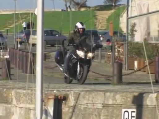 Un journaliste tombe d'un quai pendant un essai moto
