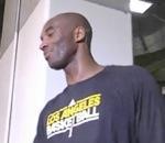 Kobe Bryant fait une blague à la caméra en se cachant