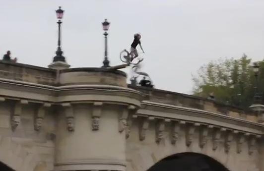 Il saute dans la seine en Vélib depuis un pont