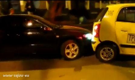 Un mec impatient pousse un taxi avec sa voiture
