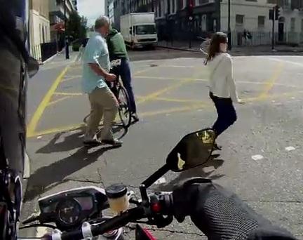 Un motard anglais trolle les passants