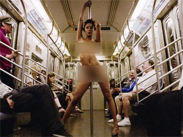 Elle prend le metro en baissant son pantalon