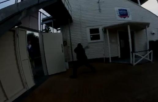 Un agent de sécurité pète un plomb (et un skate)