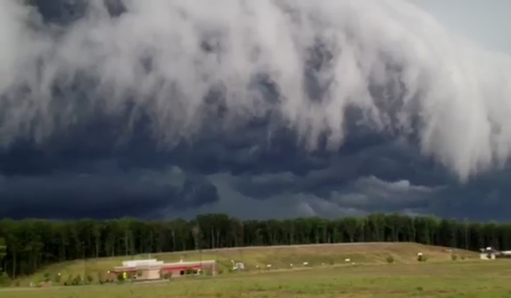 Une tempête effrayante en forme de vagues filmée aux USA