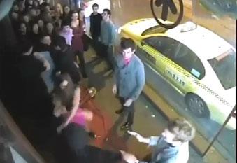Un videur de boite met un coup de poing à une fille
