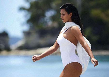 Kim Kardashian pose pour Vogue Australie – Février 2015